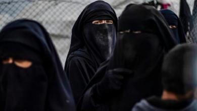 """صورة نساء """"داعش"""" يقتلن لاجئة عراقية خنقاً في مخيم الهول"""