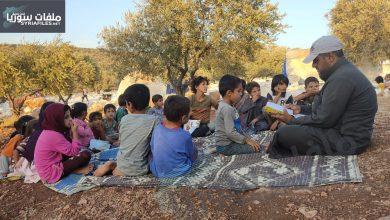 """صورة التعليم في مخيمات الشمال .. حصيرة بديل الـ """"زوم"""""""
