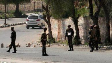 صورة اعتقال ضباط تحروا عن الصحفي الامريكي اوستن