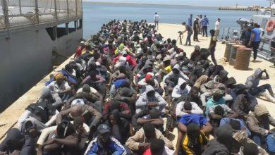 صورة مطالبات بإطلاق سراح آلاف المهاجرين المحتجزين في ليبيا