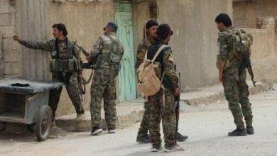 صورة قسد تعتقل أحد مطلوبيها في دير الزور وعائلته يهاجمون حواجزها