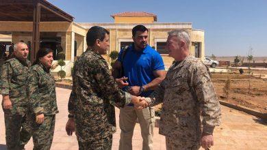 """صورة مختصون عسكريون أمريكيون يفككون أسلحة """"غريبة"""" في سوريا"""