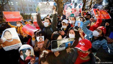 """صورة جيش """"ميانمار"""" يقطع الإنترنت قمعا للاحتجاجات"""