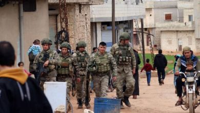 صورة إصابات بين الجنود الأتراك بقصف مدفعي في ريف إدلب