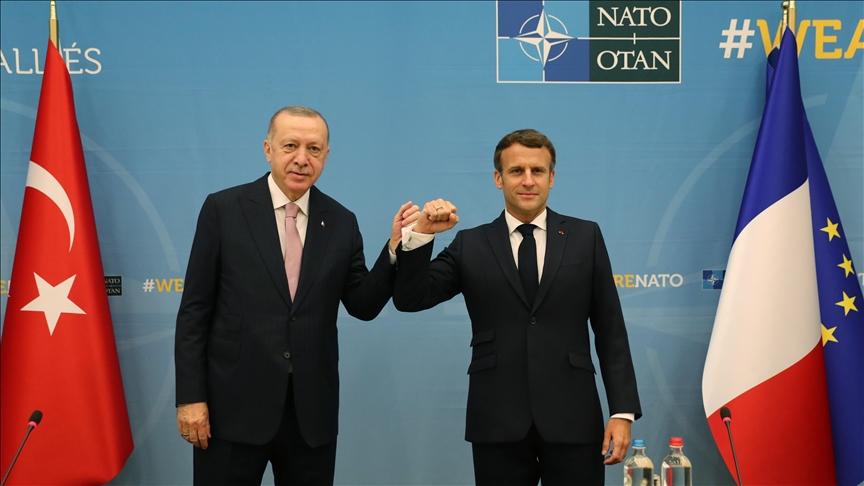 صورة الرئيس التركي رجب طيب إردوغان مع نظيره الفرنسي ماكرون أثناء قمة الناتو